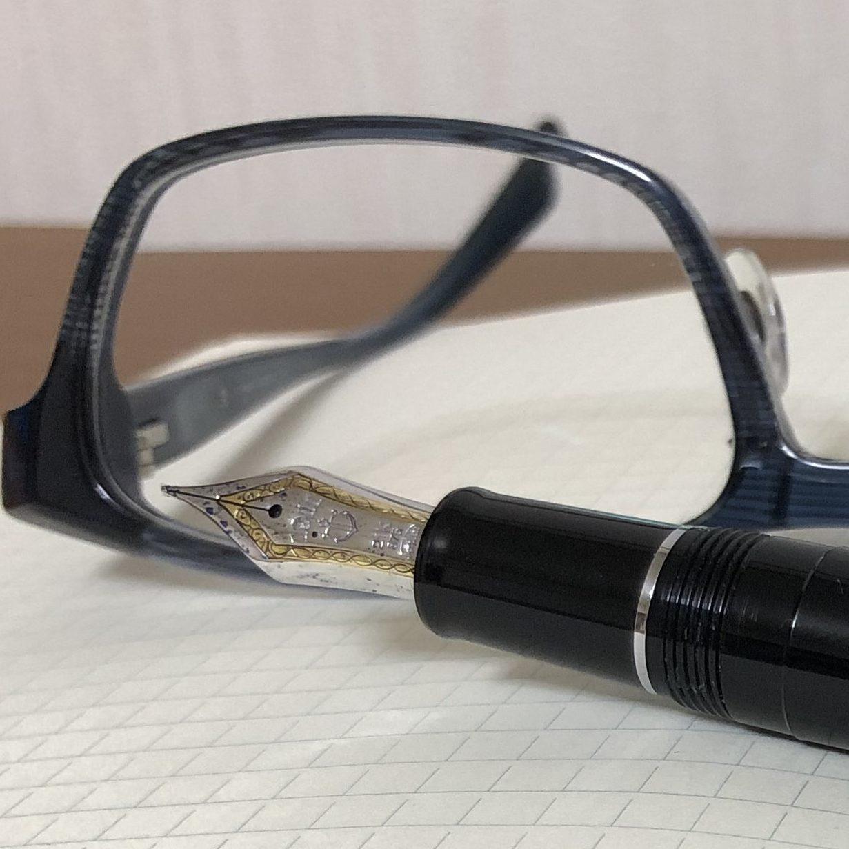 万年筆と眼鏡
